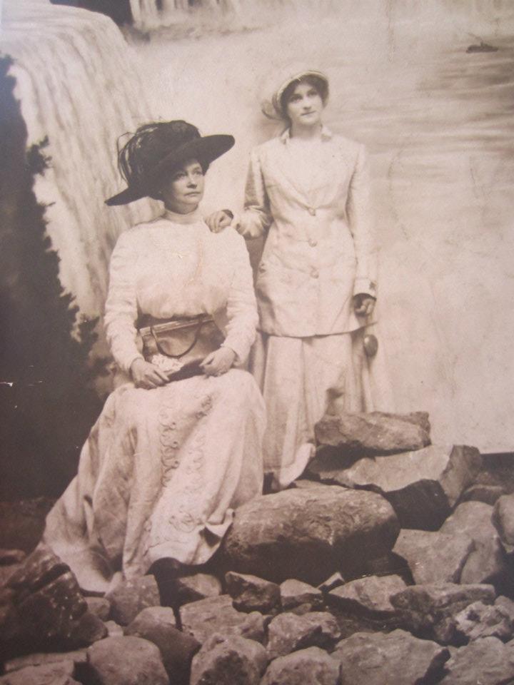 Niagara Falls, mother and daughter