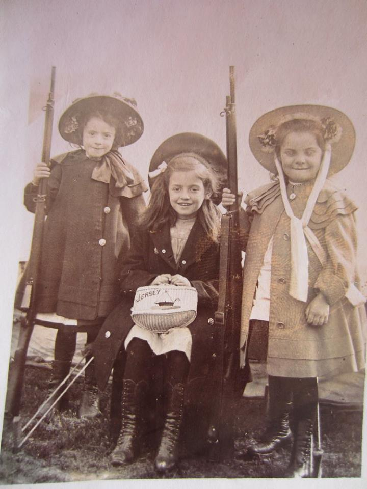 Three girls, two rifles and a purse